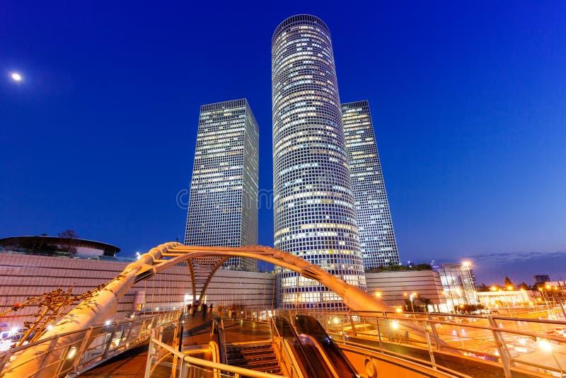 För den horisontIsrael för telefon Aviv Azrieli Center copyspace för natten kopierar blå timmen modern arkitektur för utrymmestad royaltyfria foton