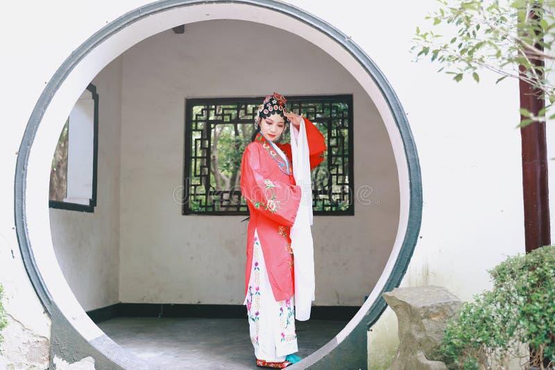För den Kina för den orientaliska för den Aisa kinesiska aktrisPeking Peking för operan för dräkter trädgården för paviljongen kl royaltyfria foton