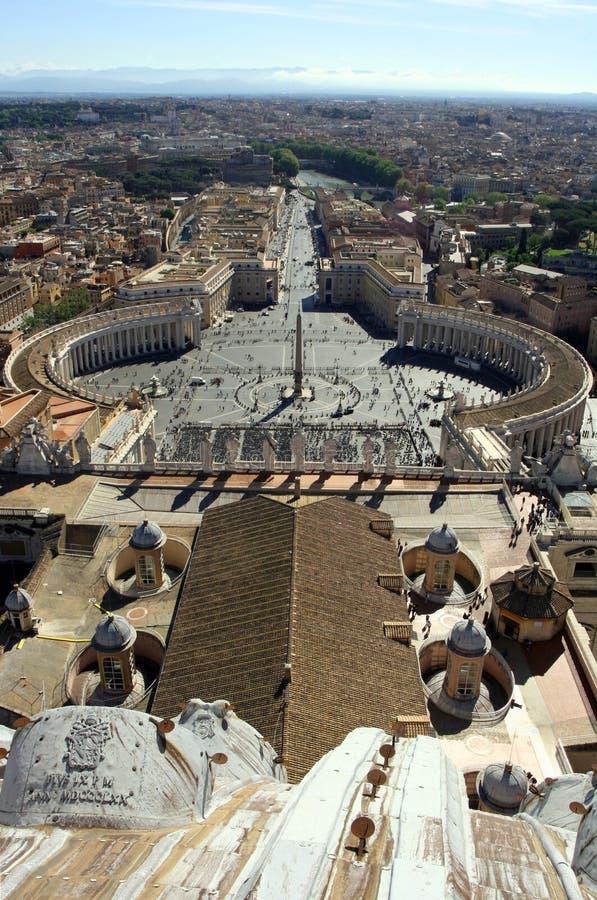 För den Rome Italien för fyrkanten för St Peter ` s kolonnaden för katolicism Vaticanen vallfärdar barock arkivfoto