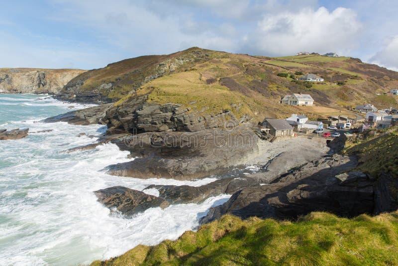 För den Trebarwith för den Cornwall kustbyn England UK tråden vaggar den kust- byn mellan Tintagel och portIsaac vågor som krasch arkivbilder