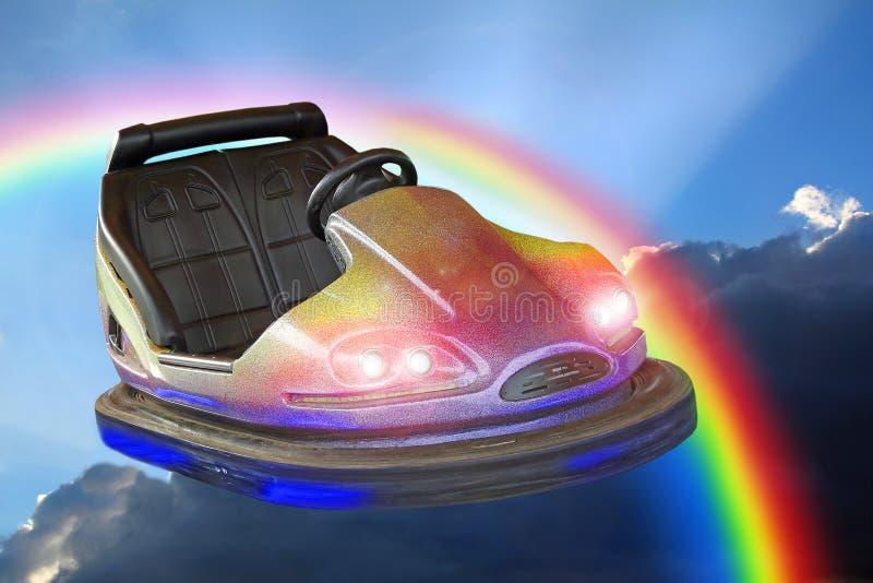 För dodgemsbil för fantasi rolig ganska riklig ritt till och med regnbågen arkivfoto