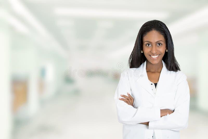För doktorsläkarundersökning för säker afrikansk amerikan kvinnlig professionell arkivfoton