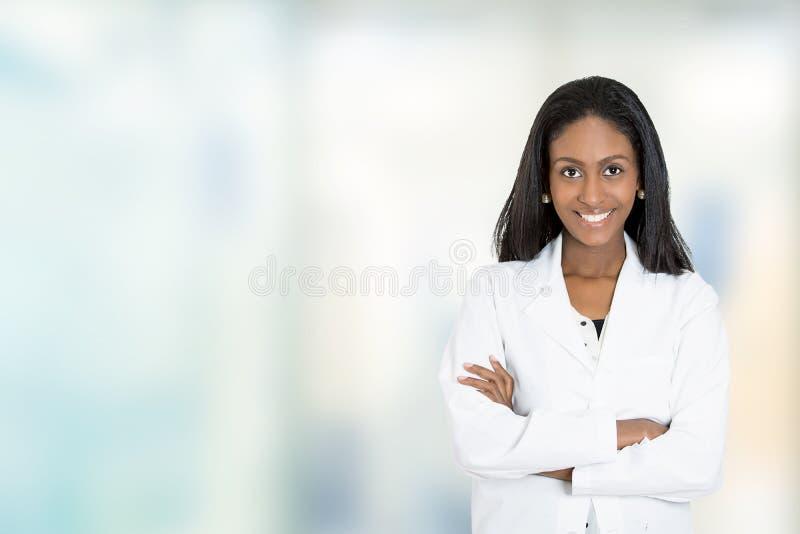 För doktorsläkarundersökning för säker afrikansk amerikan kvinnlig professionell arkivbild