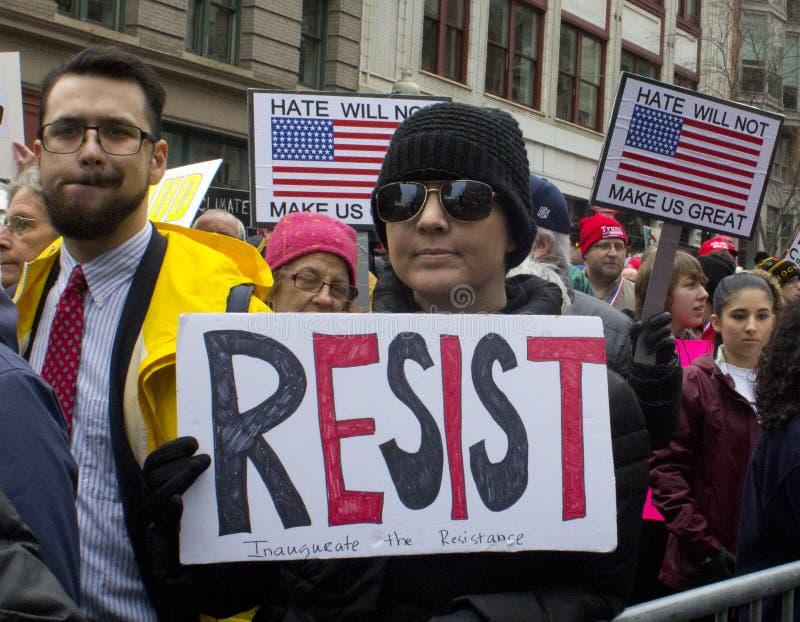 För Donald Trump för personer som protesterar förutom invigning 2017 ` s royaltyfri foto