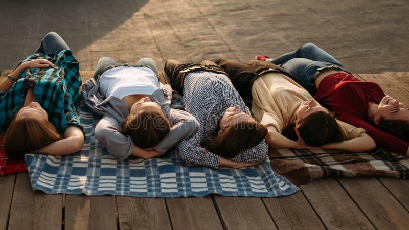 För dröm- olikt folk meditationstycke för avkoppling arkivfoto