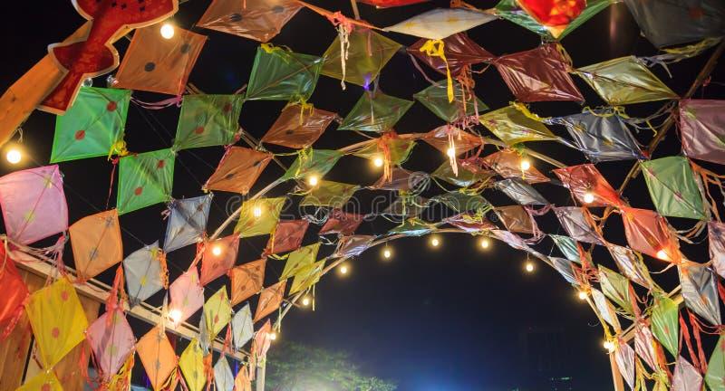 För drakekupol för färgrik traditionell thailändsk tappning Retro tak i asiatiska kulturella Art Festival i Thailand Thailand tur royaltyfri fotografi