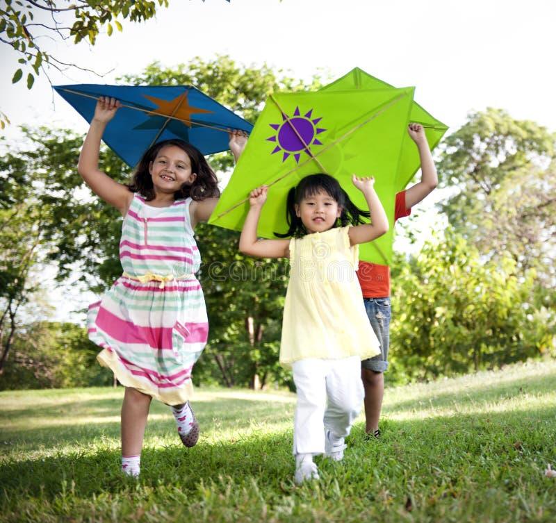 För drakeungebarn tillfälligt gladlynt för fritid begrepp utomhus royaltyfri fotografi