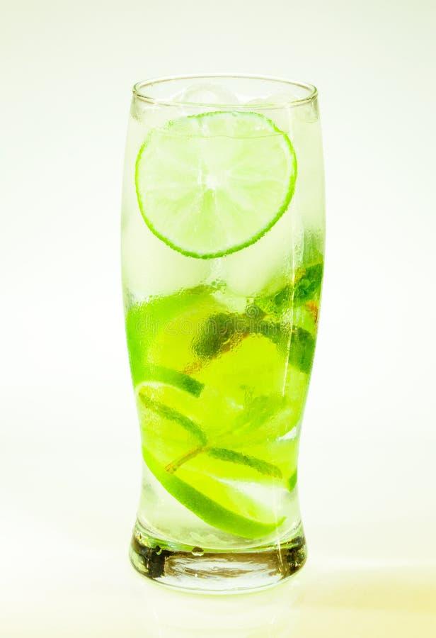 För drinkmojito för sommar kall limefrukt och mintkaramell med is och sodavatten med droppar royaltyfri fotografi