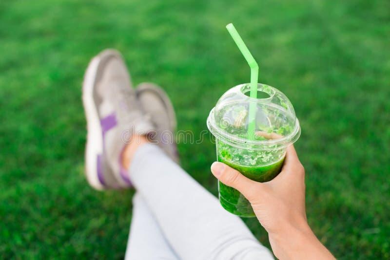 För drinksmoothie för ung kvinna sund detox utomhus arkivbilder