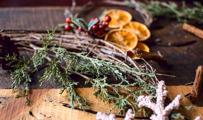 För druvavinranka för hemtrevlig ferie gammalmodig krans med kryddan för skivad torkad apelsin och för kanelbrun pinne arkivfoto