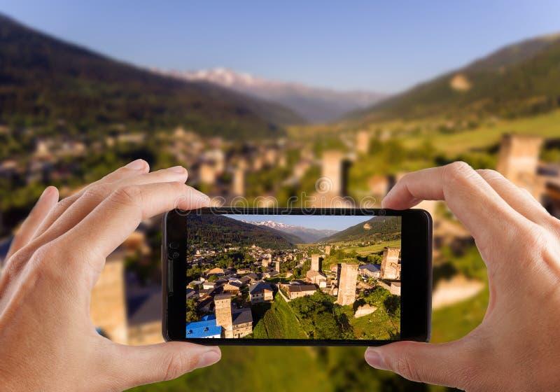 för dublin för bilstadsbegrepp litet lopp översikt Händer som gör fotoet av Svaneti den gamla byn i Georgia Medeltida stå hög Mes royaltyfri bild