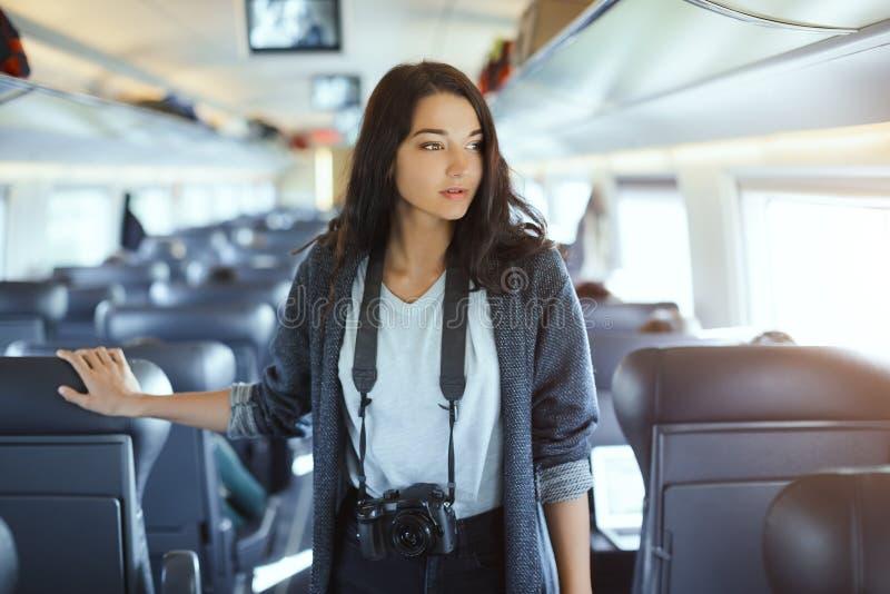 för dublin för bilstadsbegrepp litet lopp översikt Turist- kvinna med dslrkameran i drev arkivfoto