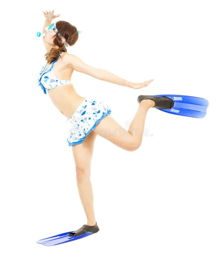 För dykapparatdykning för den unga kvinnan poserar bärande utrustning och roligt arkivbild