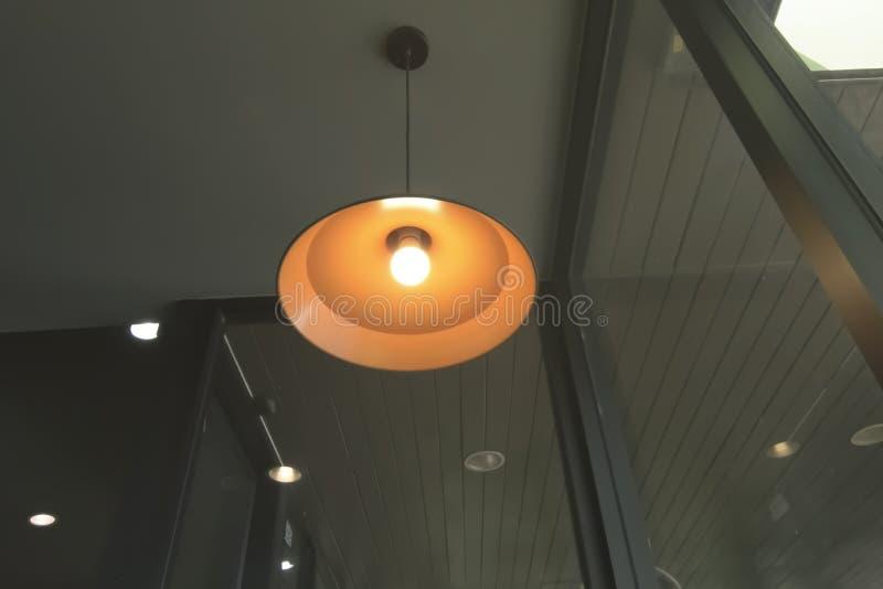 För edison för stilfullt hängningrundatak lyxig härlig retro lampa ljus att sitta arkivbild