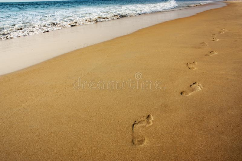 för effektfotspår för strand skvalpade härliga fotsteg sandiga windblown uppvisningstrails för sanden arkivfoto