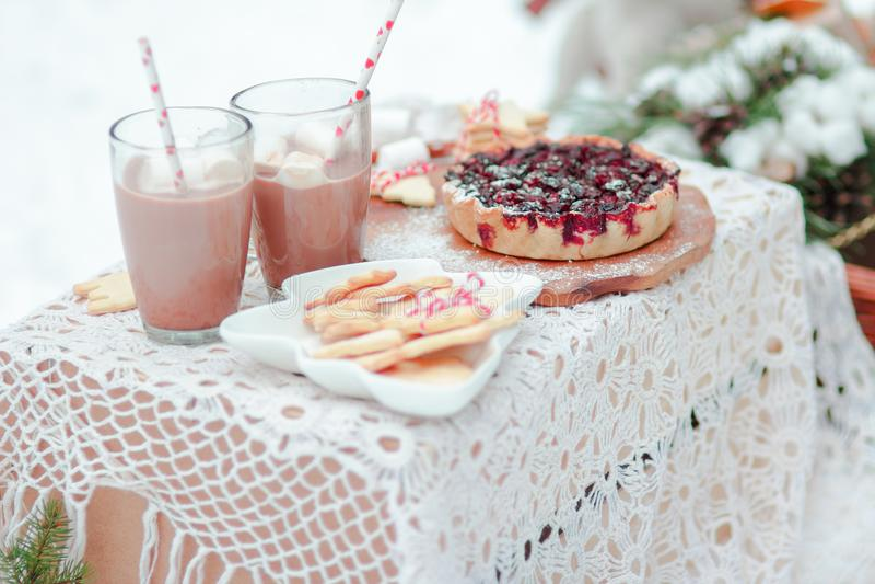 För efterrättbär för jul dricker traditionella kakor och marshmallower för paj i kakao arkivfoton