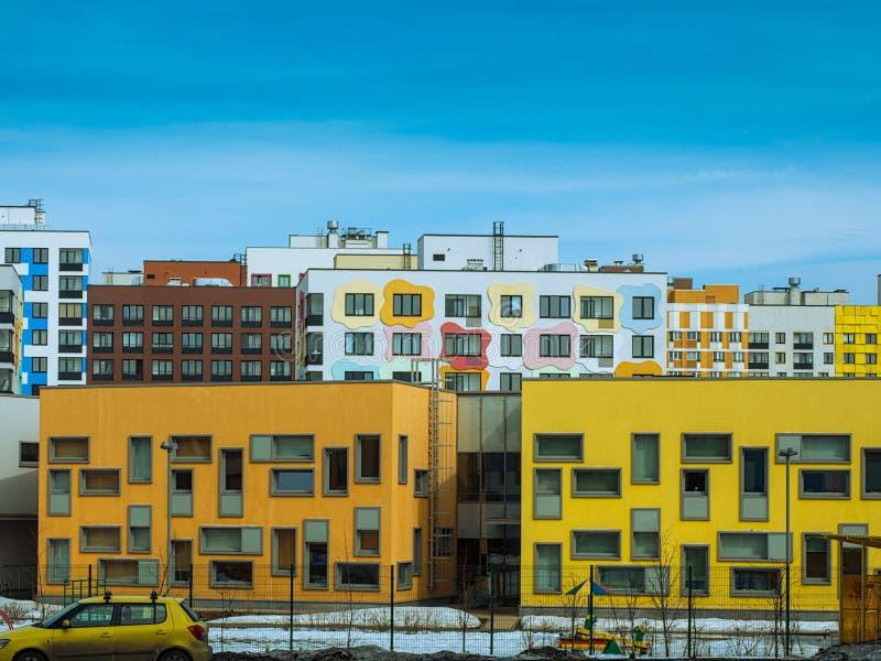 För en tid sedan befolkat modernt bostads- kvarter av lägenheter arkivfoton