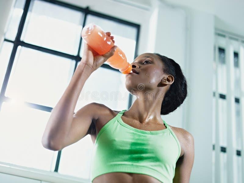 för energiidrottshall för afrikansk drink dricka kvinna royaltyfria bilder