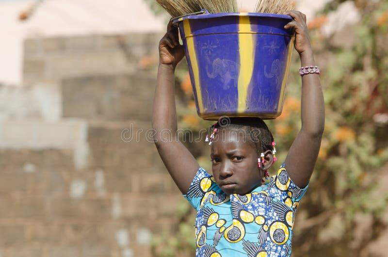 För etnicitetflicka för svart afrikan arbete - symbol för barnarbete arkivfoto