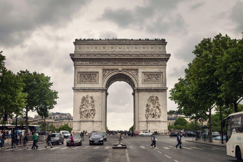 För Europa för gaulle för lopp för natt för triomphe för båge för Paris Frankrike bågtriumf för napoleon europé berömda triumf- f royaltyfri foto