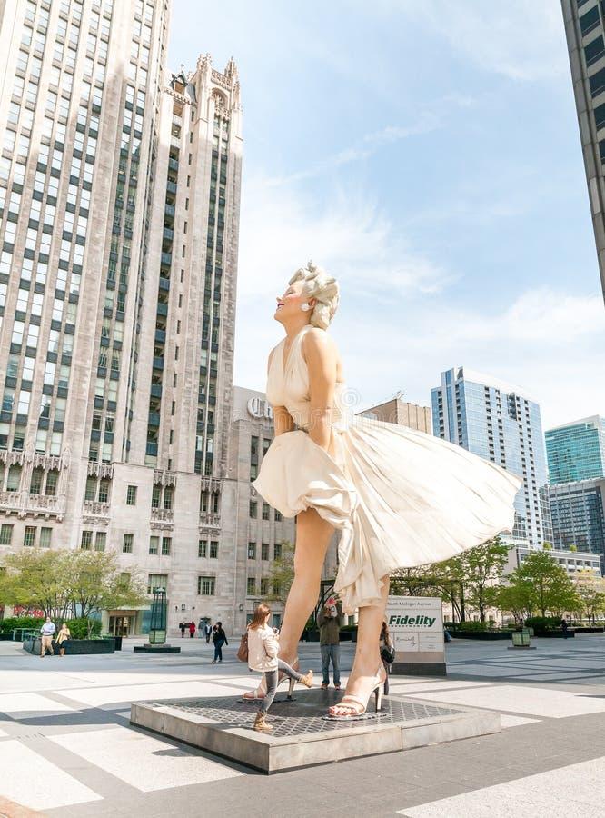 För evigt Marilyn Monroe Sculpture längs den Michigan avenyn arkivbilder