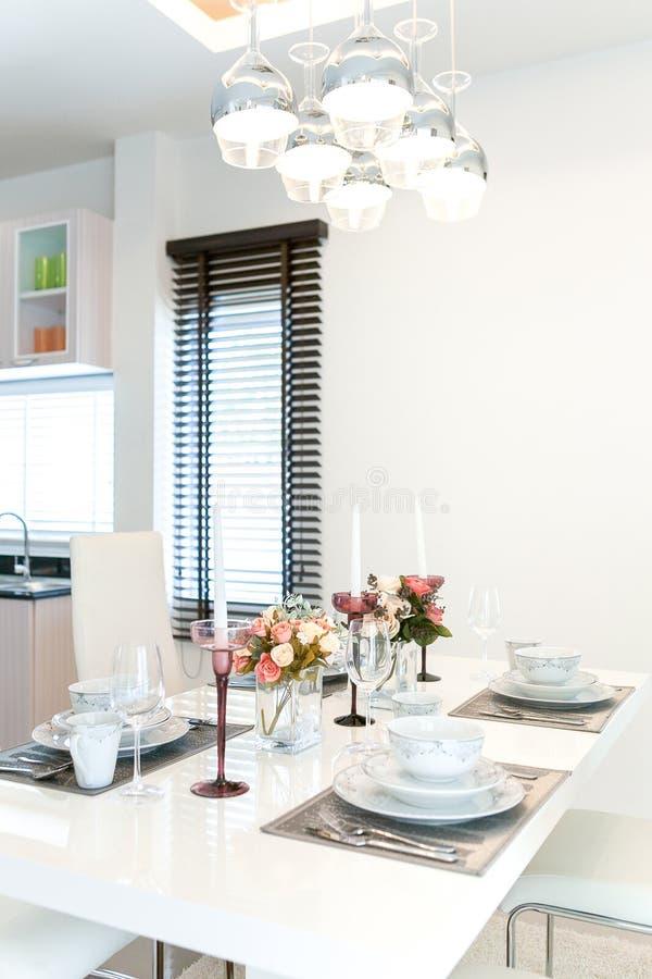 för exponeringsglaslokal för tätt bestick äta middag rund tabell upp fotografering för bildbyråer