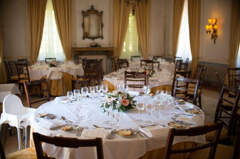 för exponeringsglaslokal för tätt bestick äta middag rund tabell upp royaltyfri bild