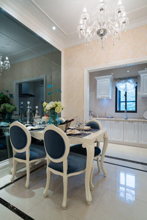 för exponeringsglaslokal för tätt bestick äta middag rund tabell upp arkivbilder
