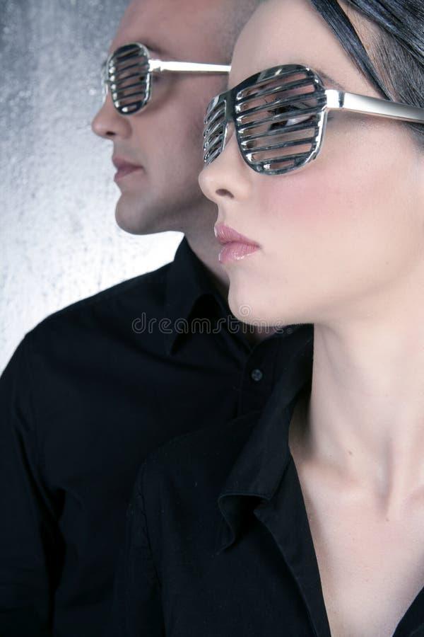 för exponeringsglasstående för par futuristic silver för profil arkivbild