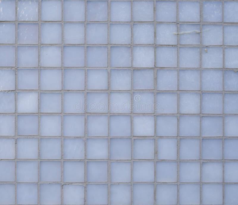 För exponeringsglastjock skiva för fyrkant grå cladding på väggen arkivbild
