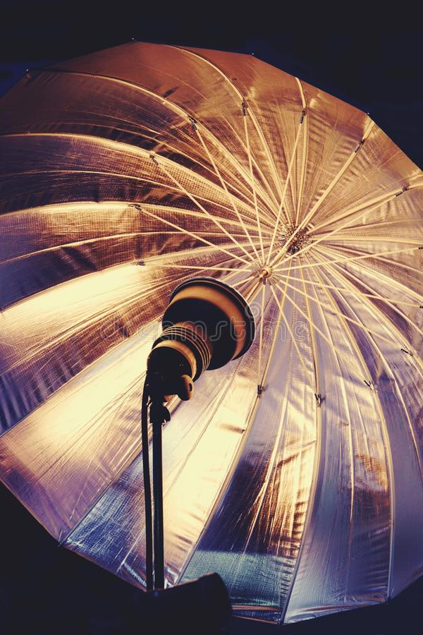 för exponeringslighting för utrustning 3d paraply för studio Exponering och paraply royaltyfria foton