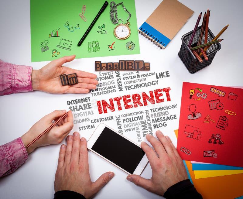 för färgbegrepp för bakgrund blåa internet Mötet på den vita kontorstabellen arkivfoto