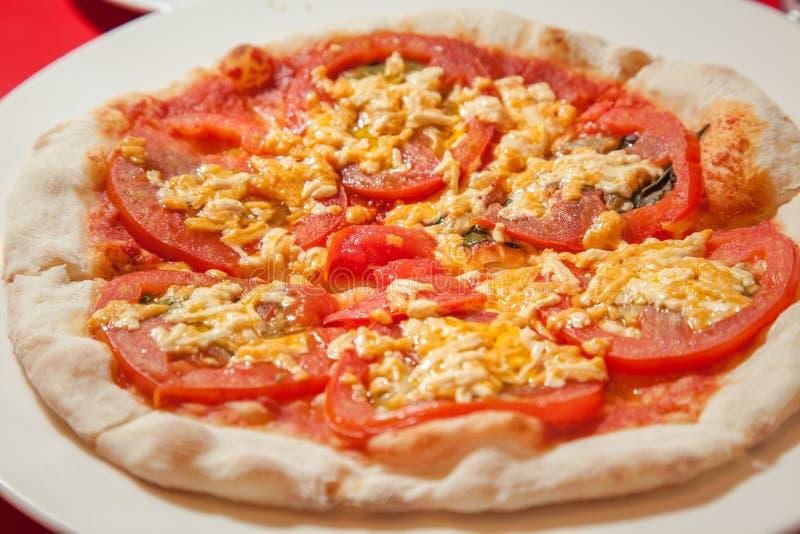 För för korngrönsaker och champinjoner för strikt vegetarian hel pizza royaltyfri fotografi