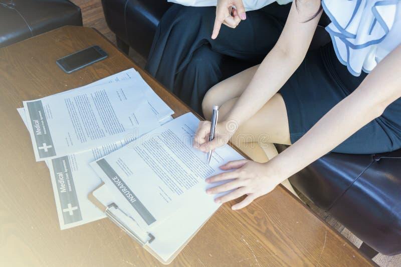 För försäkringavtalet bör läsa försiktigt royaltyfri foto