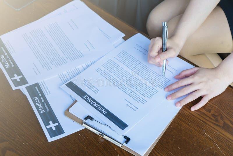 För försäkringavtalet bör läsa försiktigt arkivfoton