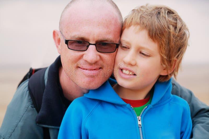 för fader son utomhus fotografering för bildbyråer