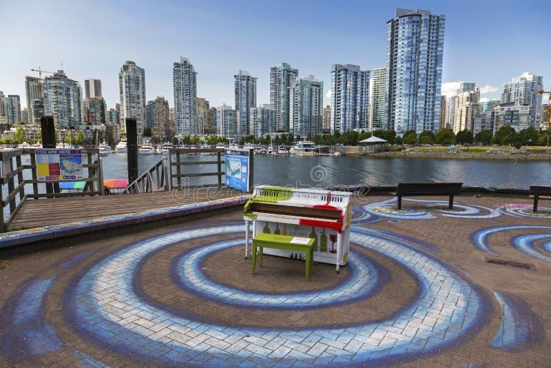 För False Creek för pianomusikinstrument för Cambie skyddsmur mot havet Vancouver bro F. KR. i stadens centrum Highrise byggnader royaltyfria foton
