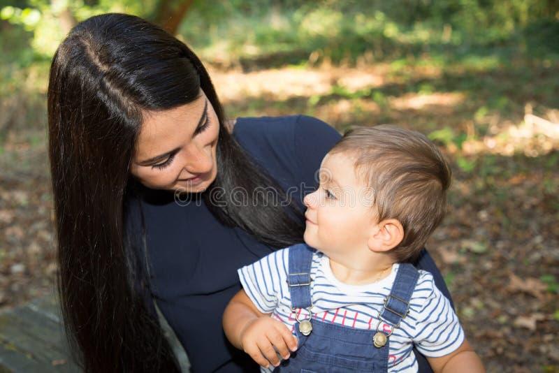 för familj livsstil för ensamstående mamma tillsammans utomhus- och för liten son royaltyfria foton