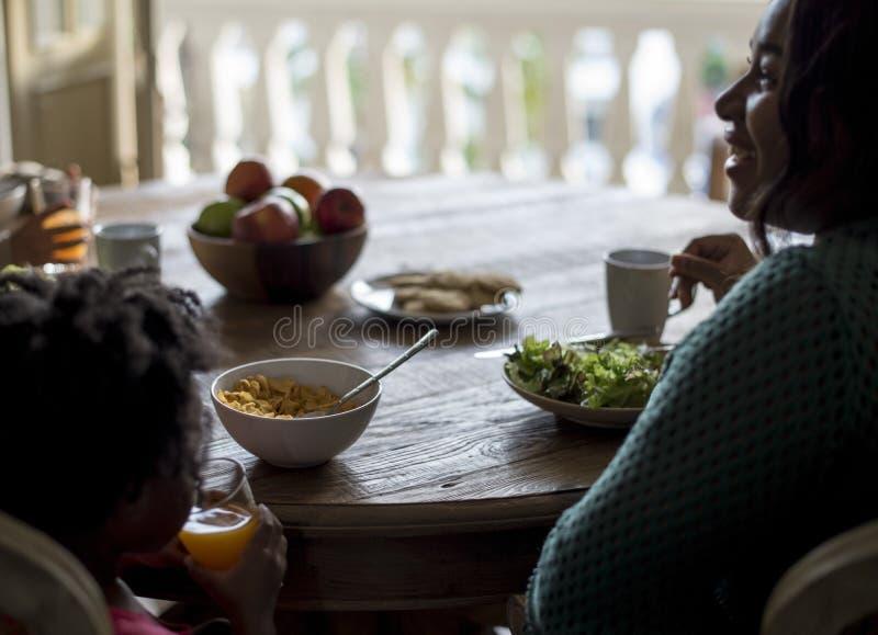 För familjhus för afrikansk nedstigning hem- vila bo royaltyfri bild