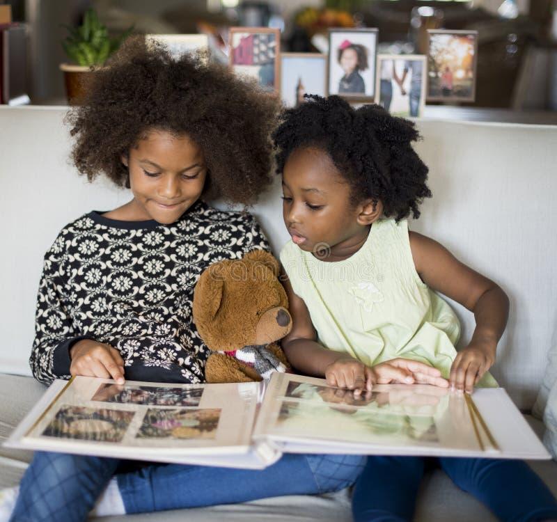 För familjhus för afrikansk nedstigning hem- vila bo royaltyfri fotografi