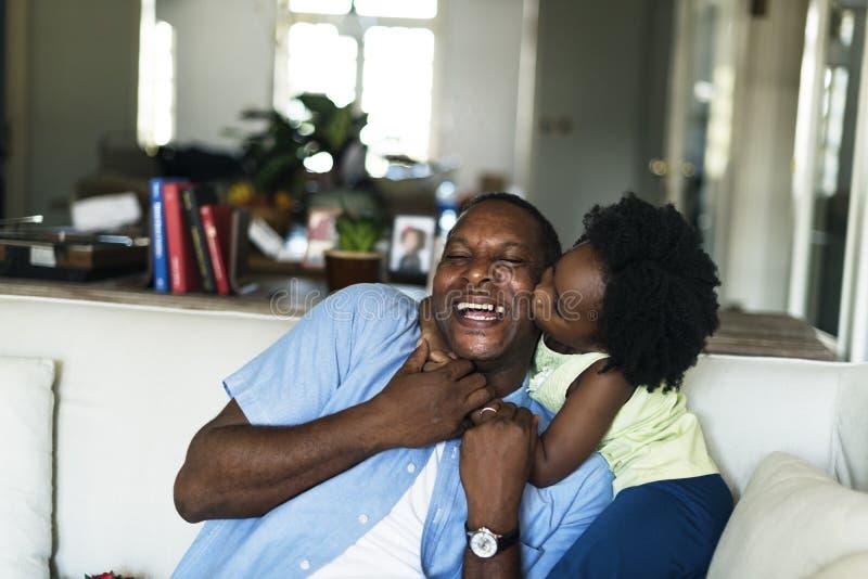 För familjhus för afrikansk nedstigning hem- vila bo royaltyfria foton