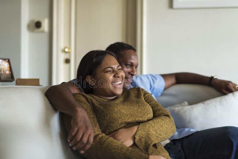 För familjhus för afrikansk nedstigning hem- vila bo arkivfoto