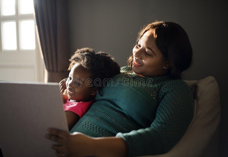 För familjhus för afrikansk nedstigning hem- vila bo arkivfoton