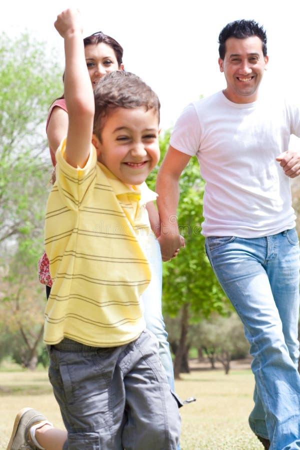 för familjpark för pojke embrassing barn arkivbilder