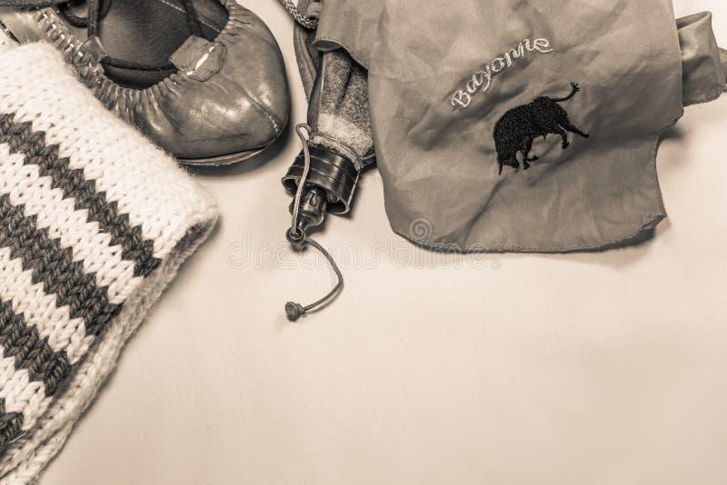 För feriasommar för kulturell tradition basque skor och tillbehör för dans för stil för utrustning för parti för festival royaltyfri fotografi