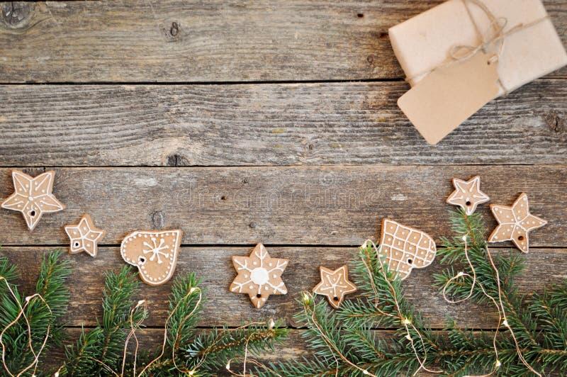 För feriegarnering för glad jul bakgrund Traditionell hemlagad glasyr på kaka för julpepparkakasocker och gåvaask på ett träb royaltyfria foton