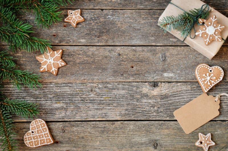 För feriegarnering för glad jul bakgrund Traditionell hemlagad glasyr på kaka för julpepparkakasocker och gåvaask på ett träb arkivfoto