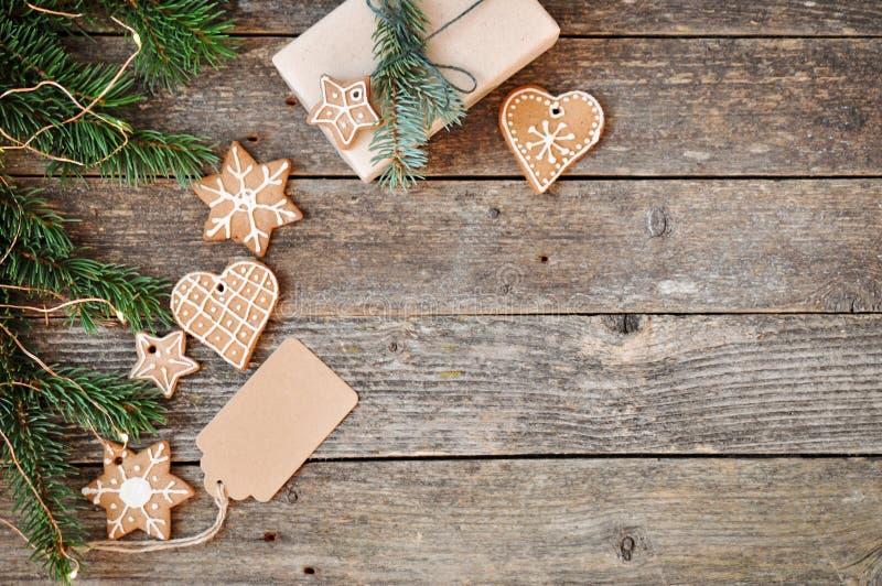 För feriegarnering för glad jul bakgrund Traditionell hemlagad glasyr på kaka för julpepparkakasocker och gåvaask på ett träb fotografering för bildbyråer