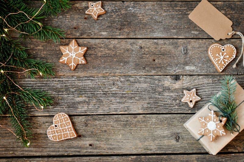 För feriegarnering för glad jul bakgrund Traditionell hemlagad glasyr på kaka för julpepparkakasocker och gåvaask på ett träb royaltyfri foto