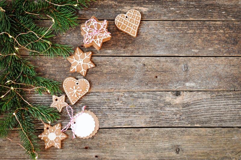För feriegarnering för glad jul bakgrund Traditionell hemlagad glasyr på kaka för julpepparkakasocker och gåvaask på ett träb arkivfoton